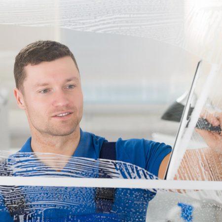 Fensterputzer Pinneberg bei der täglichen Glasreinigung.